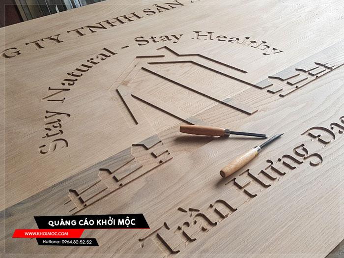 Làm bảng hiệu gỗ khắc CNC 1