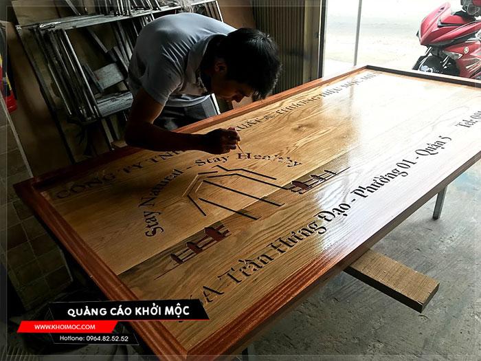 Làm bảng hiệu gỗ khắc CNC